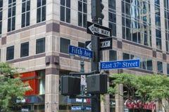 NYC路标在地标街道的第5个Ave和第37个St,纽约曼哈顿中城 免版税库存照片