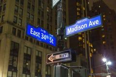 NYC路标在地标街道的麦迪逊Ave和第34个St曼哈顿中城 免版税库存照片