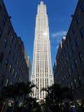 NYC,美丽的摩天大楼在阴影coridor结束时 库存照片