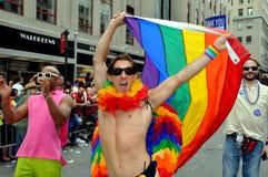NYC: Üppiger Mann mit Regenbogen-Markierungsfahne Stockfotografie