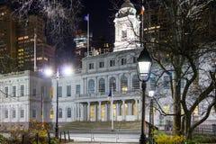NYC Δημαρχείο που χτίζει τη νύχτα μέσα το Μανχάταν, πόλη της Νέας Υόρκης Στοκ Φωτογραφία