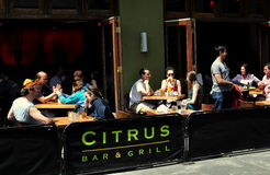 NYC: Να δειπνήσει ανθρώπων υπαίθριος στο εστιατόριο του Μανχάταν Στοκ φωτογραφία με δικαίωμα ελεύθερης χρήσης