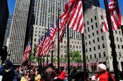 NYC: Σημαίες ημέρας μνήμης στο κέντρο Rockefeller Στοκ Φωτογραφία