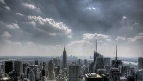 NYC στο κέντρο της πόλης Sunrays και σύννεφα απόθεμα βίντεο