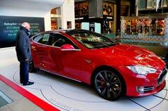 NYC: Автомобиль батареи Tesla использующий энергию Стоковое Изображение