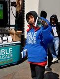NYC: Азиатская молодость вручая вне библейскую литературу Стоковые Изображения RF
