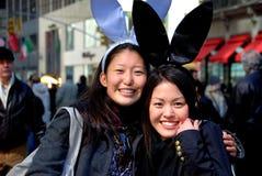 NYC: 2 азиатских женщины на параде пасхи Стоковые Изображения