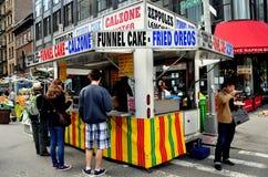 NYC: Еда людей покупая на фестивале улицы Стоковая Фотография