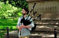 NYC:  Музыкант играя волынки Стоковые Изображения
