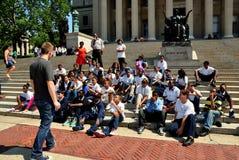NYC: Студенты средней школы посещая Колумбийский университет стоковые фото