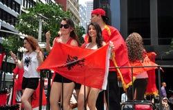 NYC :乘坐在移民游行的阿尔巴尼亚人浮游物 免版税图库摄影