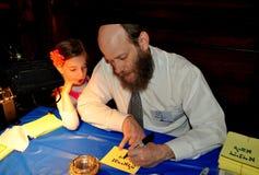NYC :写西伯来字符的犹太教教士 图库摄影