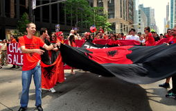 NYC :前进在游行的阿尔巴尼亚人 库存图片