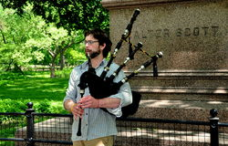 NYC :弹风笛的音乐家 库存图片