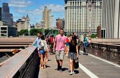 NYC :走在布鲁克林大桥的人们 免版税库存图片
