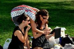 NYC : 三个少妇在中央公园 免版税库存照片