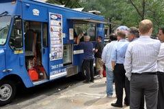 NYC : 人采购的食物 免版税库存图片