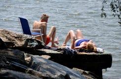 NYC : 由哈得逊河的日光浴者 免版税图库摄影