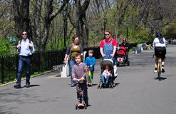 NYC :家庭在河沿公园 免版税库存图片