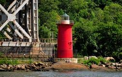 NYC :在哈得逊河的一点红色灯塔 库存图片