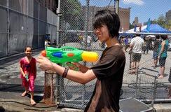 NYC: Adolescente con el arma de agua en el festival Burmese Imágenes de archivo libres de regalías