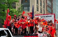 NYC : Albanais montant le flotteur dans le défilé d'immigration Photographie stock libre de droits
