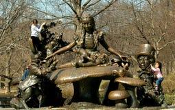 NYC: Alice in het Standbeeld van het Sprookjesland royalty-vrije stock afbeelding