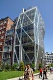 NYC : Appartement moderne. Bâtiment. à la ligne élevée stationnement Images libres de droits