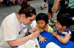 NYC: Artysty obrazu dziecka ręka przy Chinatown festiwalem zdjęcia royalty free