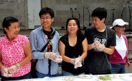 NYC: Asiáticos que hacen las bolas de masa hervida el día de Corea Foto de archivo