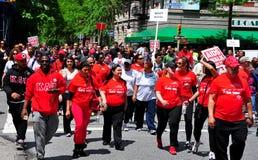 NYC: AYUDA a caminante del paseo 2014 Foto de archivo libre de regalías