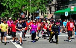 NYC: AYUDA a caminante del paseo 2014 Fotografía de archivo