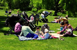 NYC: Babysitter e bambini in Central Park Immagine Stock