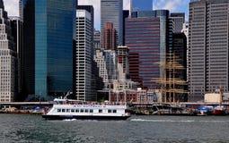 NYC: Balsa das vias navegáveis de NY em East River Fotos de Stock