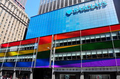 NYC: Barclays Bank com arco-íris embandeira cores Imagem de Stock