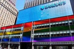 NYC: Barclays Bank con el arco iris señala colores por medio de una bandera Imagen de archivo
