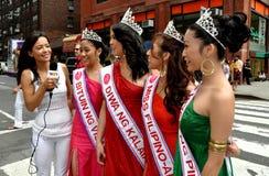 NYC: Belle donne di Filippina alla parata fotografia stock