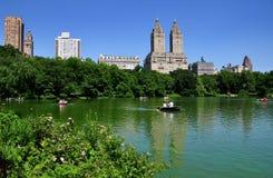 NYC: Beskåda över Central Parkrodd sjön Royaltyfri Fotografi