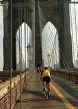 NYC: Bicyclist sul ponte di Brooklyn Fotografie Stock