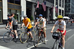 NYC: Bicyclists che portano i caschi Fotografia Stock