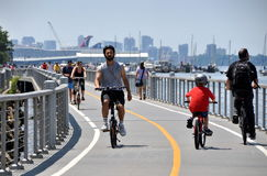 NYC: Bicyclists no trajeto da bicicleta do rio de Hudson Foto de Stock