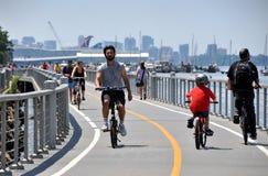NYC: Bicyclists sul percorso della bici del fiume di Hudson Fotografia Stock