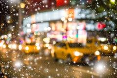 NYC borram luzes da noite da neve dos táxis foto de stock