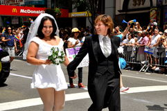 NYC: Bruid en Bruid bij de Vrolijke Parade van de Trots Royalty-vrije Stock Afbeeldingen