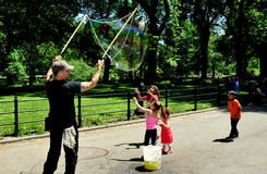 NYC: Children Watching Man Making Bubbles Royalty Free Stock Photography
