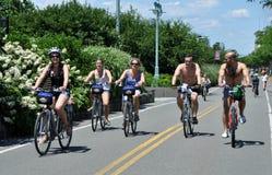 NYC: Ciclistas en el camino de la bici del lado oeste Imágenes de archivo libres de regalías