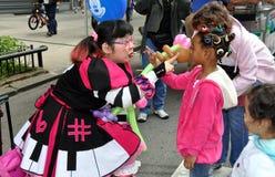 NYC: Clown, der auf Kinder einwirkt Stockbild