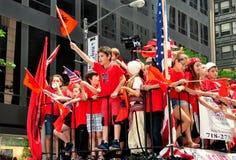 NYC: Crianças albanesas que montam no flutuador da parada Fotografia de Stock