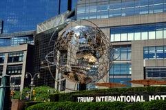 NYC: Cromo Unisphere alla torre di Trump Fotografia Stock