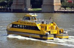 NYC: De Taxi van het Water van New York op de Rivier van het Oosten Stock Foto